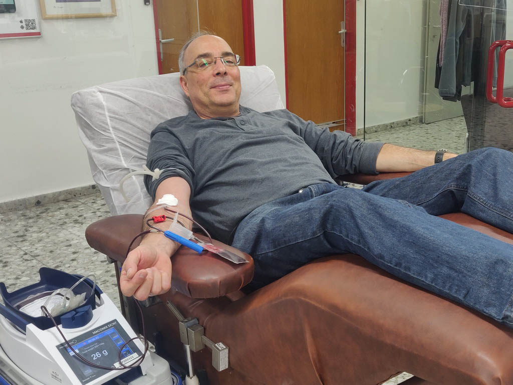 تبرع Udi Borg ، عضو إدارة المنظمة ، في 13 مارس 3 في خدمات الدم MDA