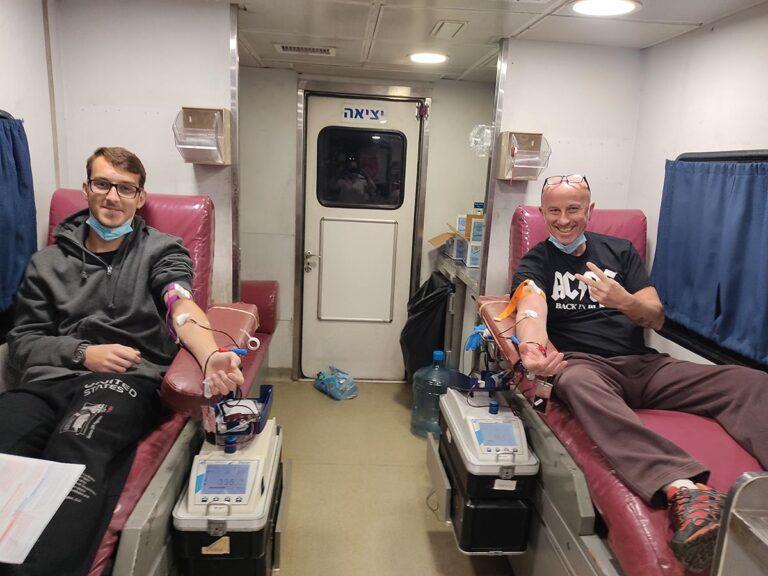 """שמיל ובנו, מאור בכר, תרמו דם בגדרה ב- 25/2/2021. שמיל עובד מד""""א 23 שנה. מאור תרם בפעם הראשונה"""